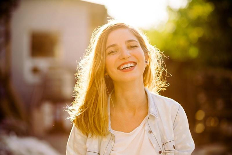 motivação profissional - mulher sorrindo