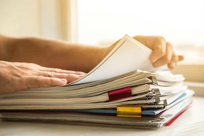 Imposto de renda - pessoa manuseando documento s