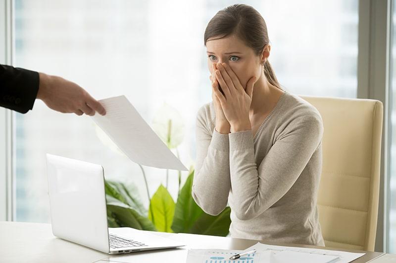 rescisão de contrato : mulher sendo demitida