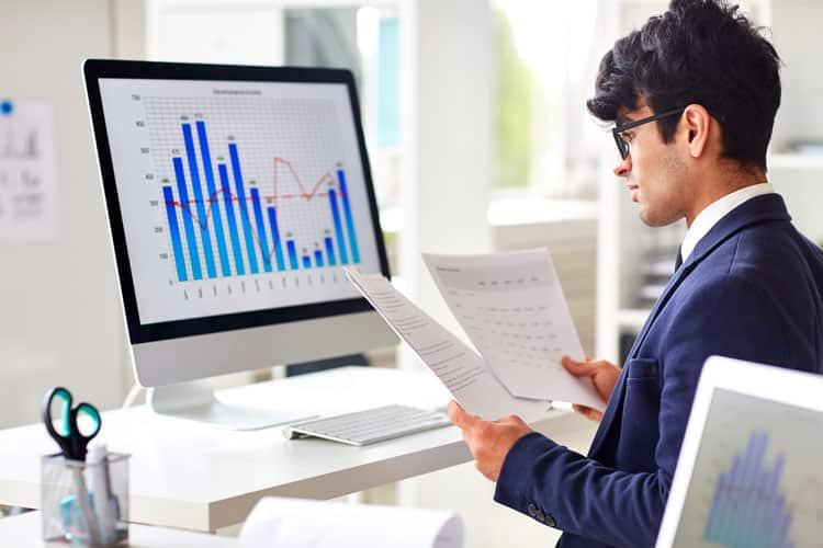 mentor profissional controle financeiro - jovem analisando planilha