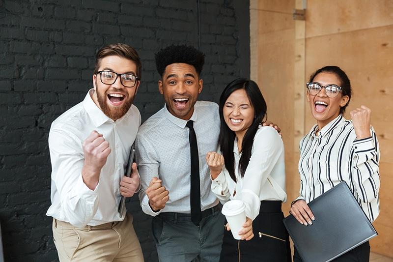 lei de aprendizagem - jovens felizes em ambiente de trabalho