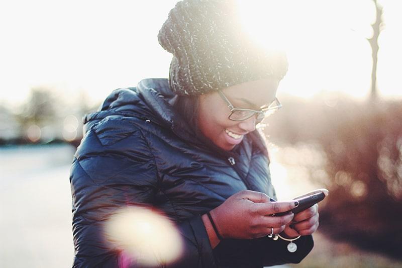 jovem aprendiz tim - mulher usando o telefone - foto por Meghan Schiereck