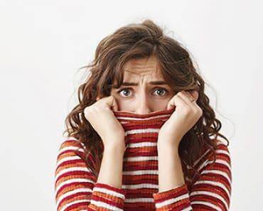 timidez - mulher com medo e timida