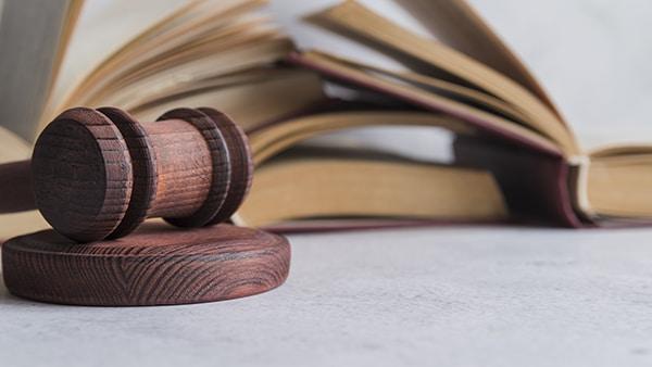 cursos de humanas - direito - martelo de um juiz