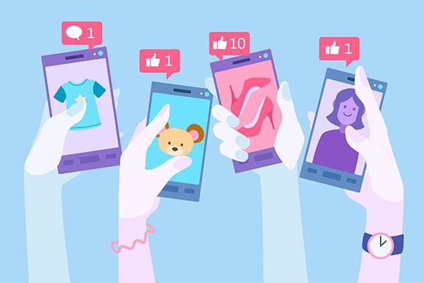 publicidade e propaganda - pessoas segurando celulares com propagandas