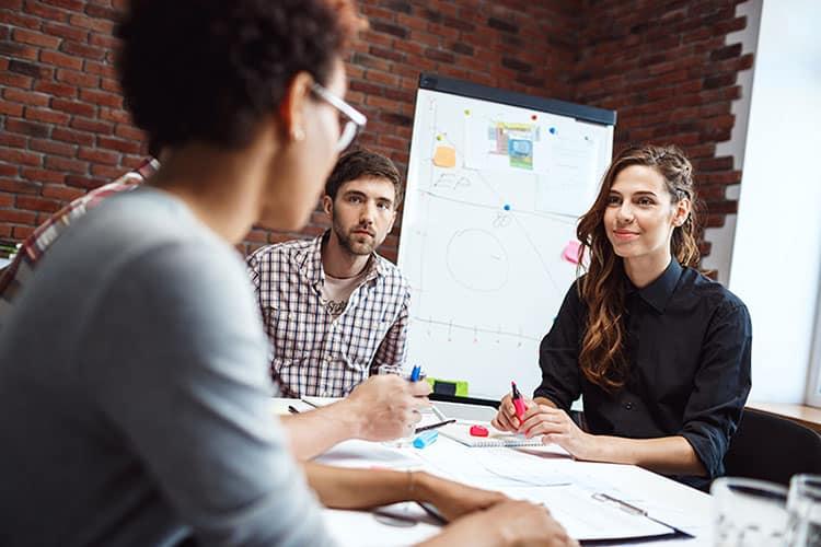 Mentor Profissional Jovem Aprendiz Ambev - jovens dialogando no escritório