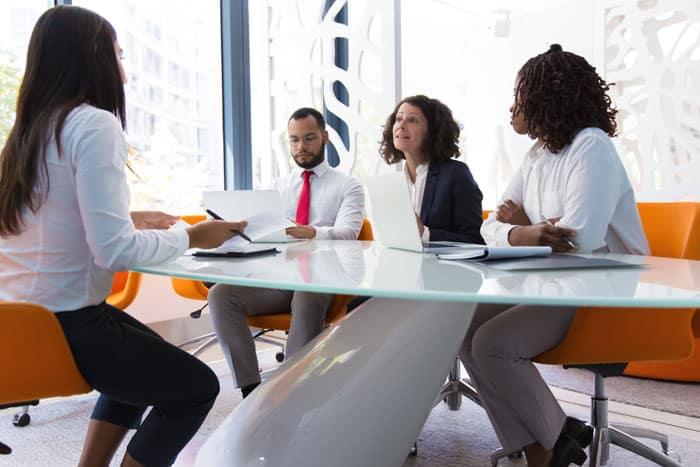 mentor profissional primeira entrevista - jovem sendo entrevistado